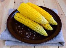 Gekookte maïskolven van suikermaïs op een kleiplaat Royalty-vrije Stock Afbeeldingen