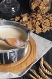 Gekookte melk in een steelpan en tarwegraangewassen Pannekoeken met jam en bosbessen stock fotografie