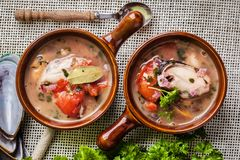 Gekookte mosselen in tomatensaus stock foto