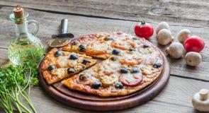 Gekookte pizza op de houten raad Stock Foto's