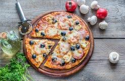 Gekookte pizza op de houten raad Royalty-vrije Stock Foto