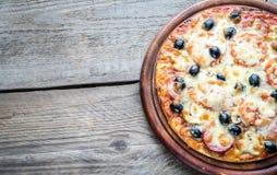 Gekookte pizza op de houten raad Stock Afbeelding
