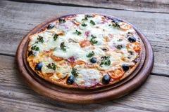 Gekookte pizza op de houten raad Royalty-vrije Stock Afbeeldingen