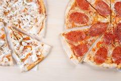 Gekookte pizza op dunne korst in de keuken Stock Foto's