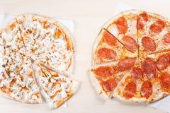 Gekookte pizza op dunne korst in de keuken Royalty-vrije Stock Foto