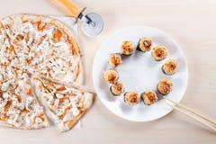 Gekookte pizza op dunne korst in de keuken Stock Afbeelding