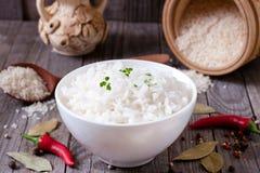 Gekookte rijst in een kom op een lijst Royalty-vrije Stock Foto