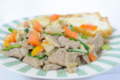 Gekookte rijst en mengelingsgroenten met gebraden ei Stock Afbeeldingen