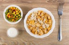 Gekookte rijst met kippenvlees in kom, plantaardige mengeling, mayonaise Royalty-vrije Stock Afbeelding