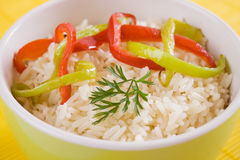 Gekookte rijst met plakken van peper Stock Afbeelding