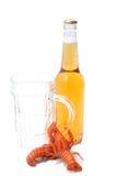 Gekookte rivierkreeften en bierfles Royalty-vrije Stock Foto