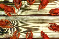 Gekookte rode rivierkreeften op een houten rustieke lijst Stock Fotografie