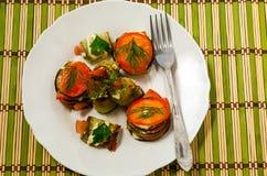 Gekookte schotel van courgettes en tomaat Stock Foto
