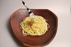 Gekookte spaghetti in een grote bruine kleischotel Stock Fotografie