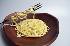 Gekookte spaghetti in een grote bruine kleischotel Royalty-vrije Stock Afbeeldingen