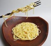 Gekookte spaghetti in een grote bruine kleischotel Royalty-vrije Stock Foto's