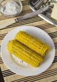 Gekookte suikermaïs op een witte plaat Royalty-vrije Stock Afbeelding
