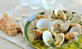 Gekookte tweekleppige schelpdieren in witte wijnsaus royalty-vrije stock afbeelding