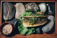 Gekookte vissen in een broodje met groenten Stock Foto