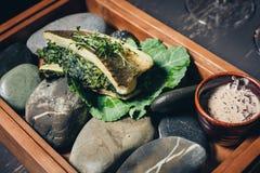 Gekookte vissen in een broodje met groenten Stock Afbeelding