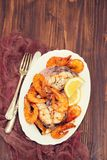 Gekookte vissen met garnalen en citroen op witte schotel Stock Afbeelding