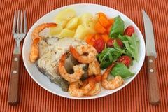 Gekookte vissen met garnalen en groenten Royalty-vrije Stock Foto's