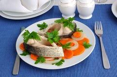 Gekookte vissen met groenten Royalty-vrije Stock Foto's