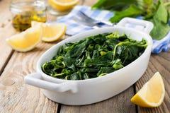 Gekookte wilde kruiden Vlito met citroensap en olijfolie De traditionele Griekse snack Royalty-vrije Stock Foto's