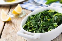 Gekookte wilde kruiden Vlito met citroensap en olijfolie De traditionele Griekse snack Royalty-vrije Stock Afbeeldingen