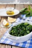 Gekookte wilde kruiden Vlito met citroensap en olijfolie De traditionele Griekse snack Royalty-vrije Stock Foto