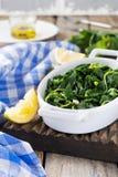 Gekookte wilde kruiden Vlito met citroensap en olijfolie De traditionele Griekse snack Stock Afbeelding
