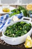 Gekookte wilde kruiden Vlito met citroensap en olijfolie De traditionele Griekse snack Royalty-vrije Stock Afbeelding