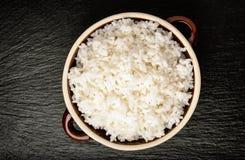 Gekookte witte rijst in ceramische pot Stock Afbeeldingen