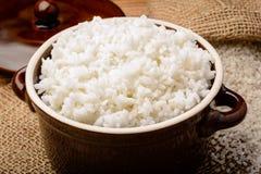 Gekookte witte rijst in ceramische pot op houten achtergrond Stock Afbeelding