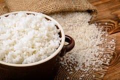Gekookte witte rijst in ceramische pot op houten achtergrond Stock Foto's