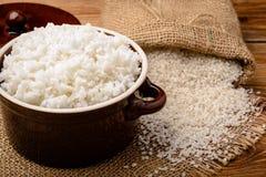 Gekookte witte rijst in ceramische pot op houten achtergrond Royalty-vrije Stock Fotografie