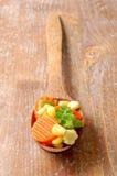 Gekookte wortelen suikermaïs en broccoli in houten Stock Afbeelding