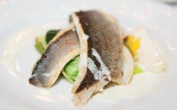 Gekookte zeebaars met gestoomde groenten Royalty-vrije Stock Afbeelding