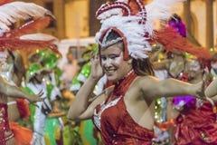 Gekostumeerde Aantrekkelijke Jonge Vrouwendanser bij Carnaval-Parade van Uru Royalty-vrije Stock Afbeeldingen