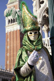Gekostumeerde mensen in Venetiaans masker tijdens Venetië Carnaval Stock Afbeelding