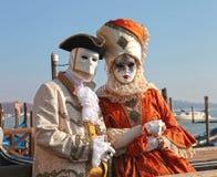 Gekostumeerde mensen in Venetiaans masker tijdens Venetië Carnaval in Venetië Royalty-vrije Stock Fotografie