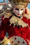Gekostumeerde vrouw tijdens Venetiaans Carnaval, Venetië, Italië Stock Foto's
