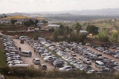Gekräht von den Autos parkte am Parkplatz, um Touristenort auf dem Berg zu besichtigen lizenzfreie stockbilder