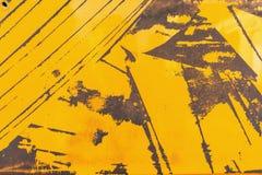 Gekrast geel geschilderd en geroest metaal stock foto's