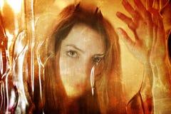 Gekrast vuil effect op het gezicht van het fotomeisje achter vuil glas Stock Foto