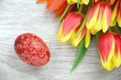 Gekraste met de hand gemaakte paasei en tulpen Royalty-vrije Stock Afbeelding
