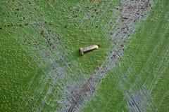 Gekraste oppervlakte van een bijenkorf met een gebogen spijker in het centrum royalty-vrije stock foto