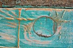 Gekraste oppervlakte van een bijenkorf met een grote knoop in de raad royalty-vrije stock afbeelding