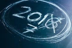 2016 gekreuzt und neue Jahre 2017 auf Tafel Lizenzfreies Stockbild