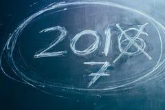 2016 gekreuzt und neue Jahre 2017 auf Tafel Stockfotos